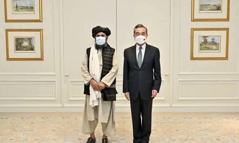 چینی وزیر خارجہ اور افغان نائب وزیراعظم ملا برادر میں پہلی براہ راست ملاقات