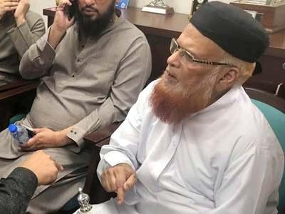 Mufti Taqi survives knife attack