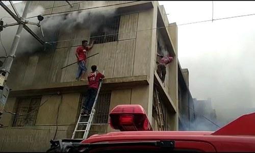کراچی فیکٹری آتشزدگی: ایمرجنسی ایگزٹ نہ ضروری انتظامات، رپورٹ پیش