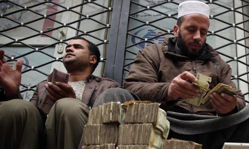 ڈالرز کی قلت ، افغان معیشت شدید مشکلات کا شکار