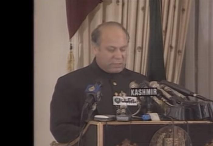 ایٹمی دھماکوں کے بعد اس وقت کے وزیراعظم نواز شریف قوم سے خطاب کر رہے ہیں