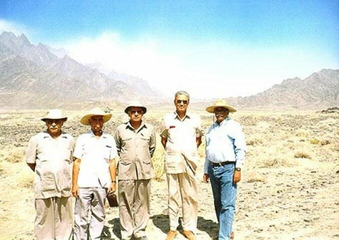 پاکستان کے ایٹمی پروگرام سے وابستہ سائنسدانوں کا گروپ چاغی کے پہاڑوں کے دامن میں