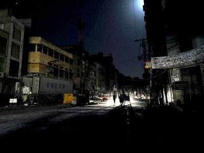 لاہور کے مختلف علاقوں میں 4سے 5 گھنٹے بجلی کی بندش، شہری پریشان