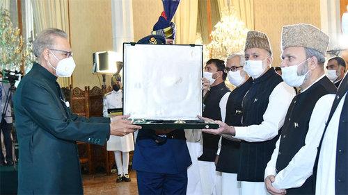 President Alvi confers Nishan-e-Pakistan on Syed Ali Geelani