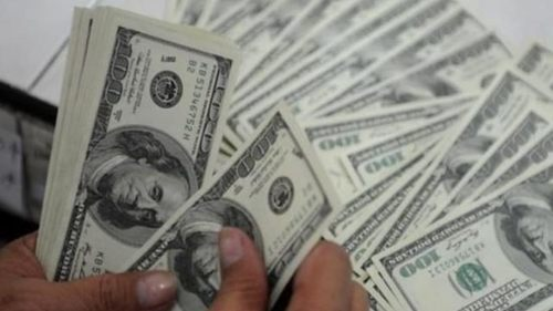 Dollar falls to Rs163.58