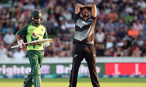 Hafeez stranded on 99 as Pakistan reach 163 for six