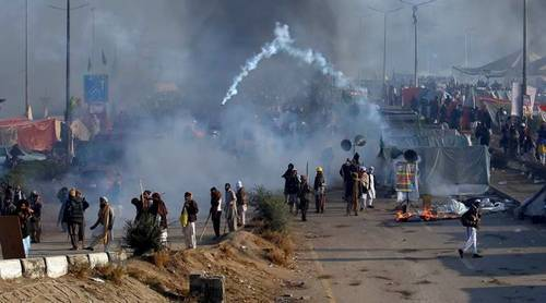 Police fire tear gas at govt employees demanding salary raise in Islamabad