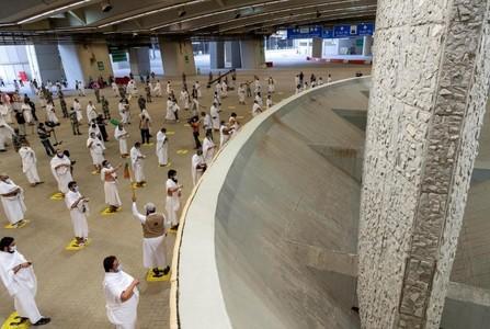 Pilgrims 'stone Satan' with sanitised pebbles in this year's hajj