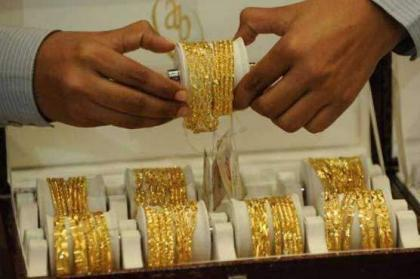 Gold price declines by Rs 700 per tola