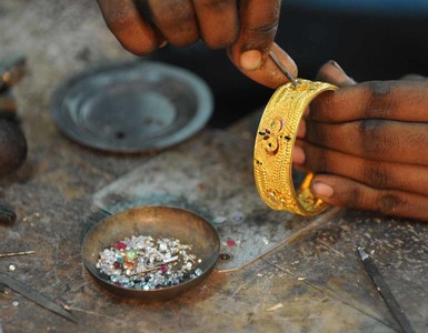 Gold price declines in int'l trading, remains unchanged in local market
