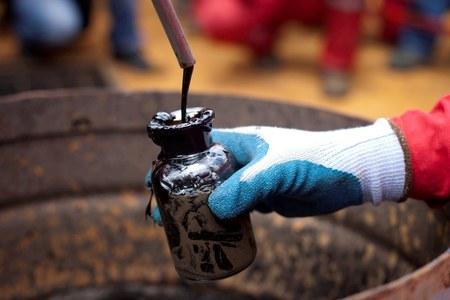 Oil falls after deep Saudi price cuts spur demand concerns