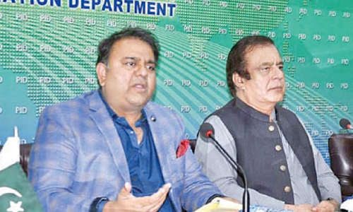 فواد چوہدری نے چیف الیکشن کمشنر کے کردار پر تحفظات کا اظہار کردیا