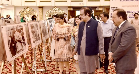 SENATOR SHIBLI FARAZ, FEDERAL MINISTER FOR INFORMATION AND BROADCASTING WITNESSING PHOTOGRAPHIC EXHIBITION HIGHLIGHTING FREEDOM STRUGGLE OF PAKISTAN IN ISLAMABAD ON AUGUST 13, 2020.