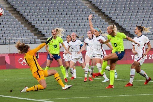 Sweden's forward Stina Blackstenius (2ndR) shoots to score the second goal during the Tokyo 2020 Olympic Games women's group G first round football match between Sweden and USA at the Tokyo Stadium in Tokyo on July 21, 2021: AFP Photo
