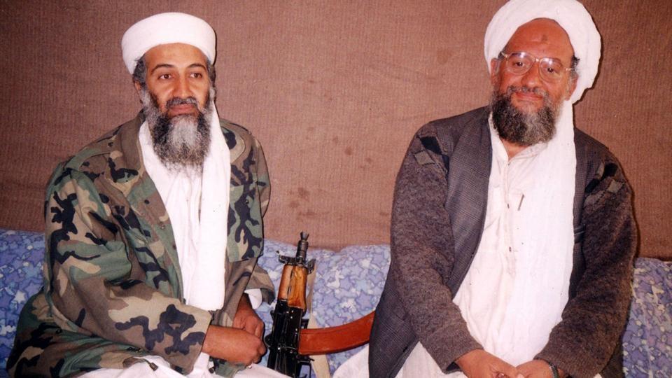 ایمن الظواہری (دائیں) افغانستان میں نامعلوم مقام پر 2001 میں شائع ہونے والے ایک انٹرویو کے دوران اسامہ بن لادن کے ساتھ بیٹھے ہیں۔ (تصویر / گیٹی امیجز)