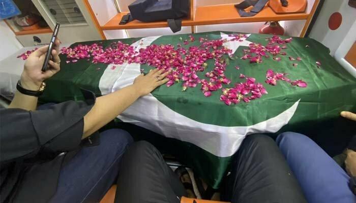 Umer Sharif laid to rest at Abdullah Shah Ghazi graveyard