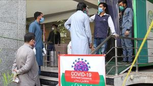 COVID-19: 76 more deaths, 1,303 new cases reported in country